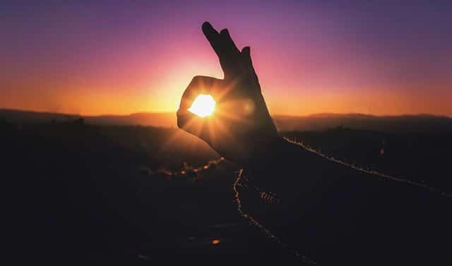 Mystischer, warmer Sonnenuntergang über den Bergen