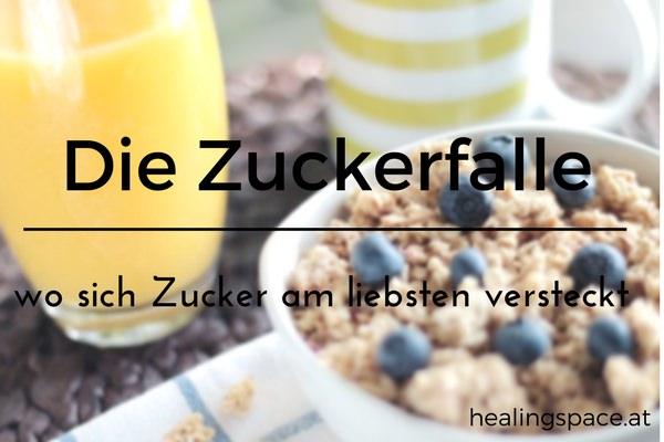Gedeckter Frühstückstisch mit Müsli, Fruchtsaft und Heidelbeeren.