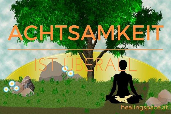 Ein Mensch sitzt bei Sonnenaufgang unter einem Baum und meditiert