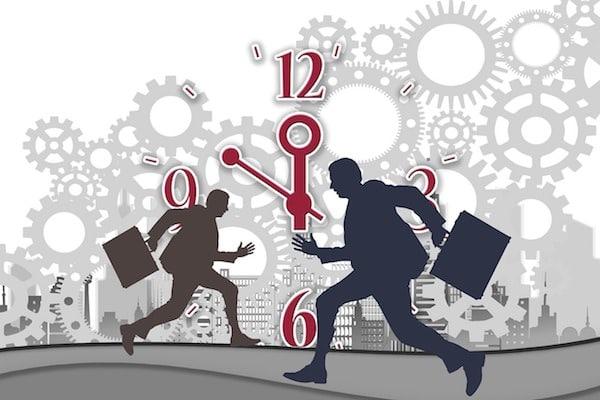 Eine Uhr und Zahnräder im Hintergrun, davor laufen zwei männliche Siluetten mit Aktentasche